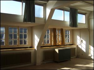 Onzichtbare architectuur: het interieur is dikwijls vogelvrij. In het geval van de Floris Versterschool (Amsterdam) werd bij de transformatie naar woningen zoveel mogelijk rekening gehouden met de bijzondere interieurwaarden